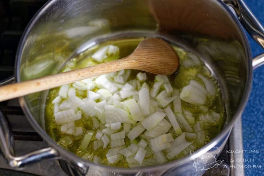 Klasická zelňačka - cibulku osmahneme na oleji