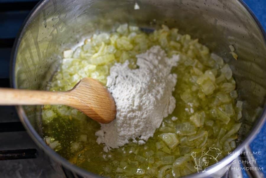 Klasická zelňačka - k změklé cibuli přidáme hladkou mouku