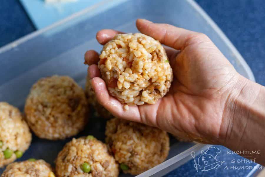 Arancini - zalepíme rýží a dotvarujeme kuličku