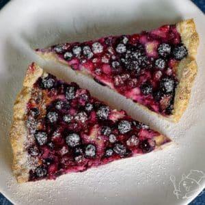 Křehký koláč se skořicovo-mascarponovým krémem a ovocem