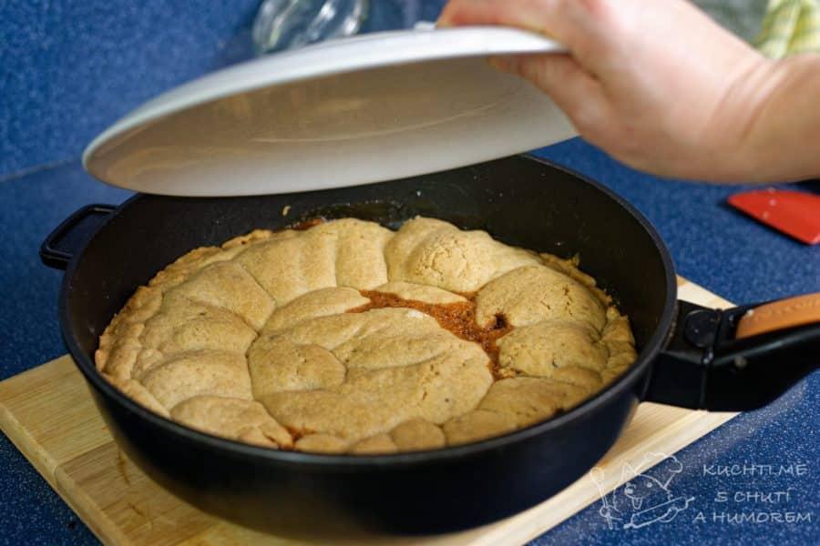 Obrácený jablečný koláč - upečený koláč, lehce vychladlý, vyklopíme na talíř