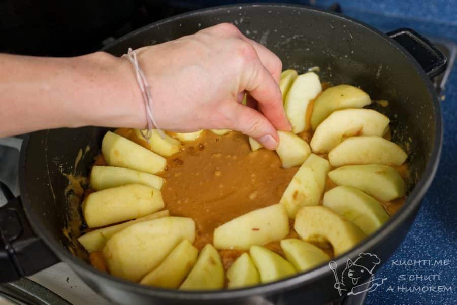 Obrácený jablečný koláč - do vzniklé karamelo–kaše poklademe na těsno jablka