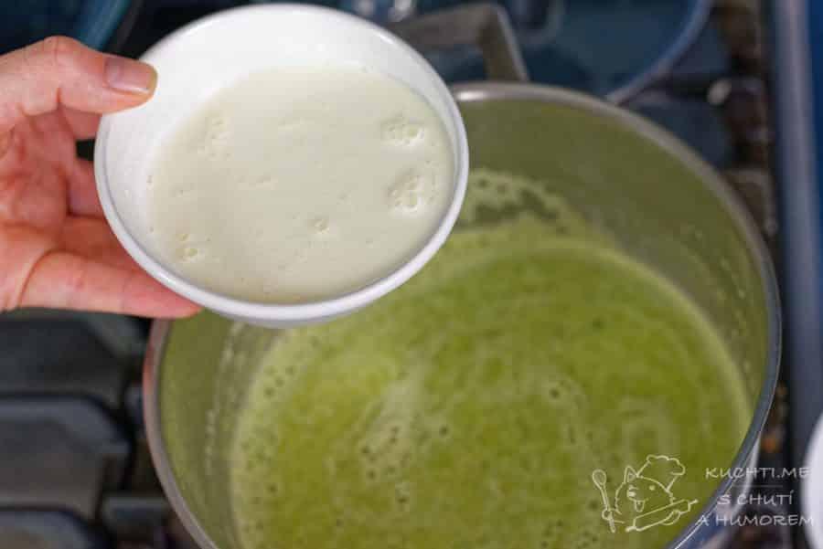 Chřestová polévka ochucená medvědím pestem - smetana na konec