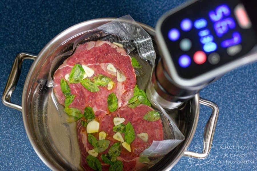 Hovězí steak – recept sous vide –  vařič sous vide zapneme a necháme pracovat