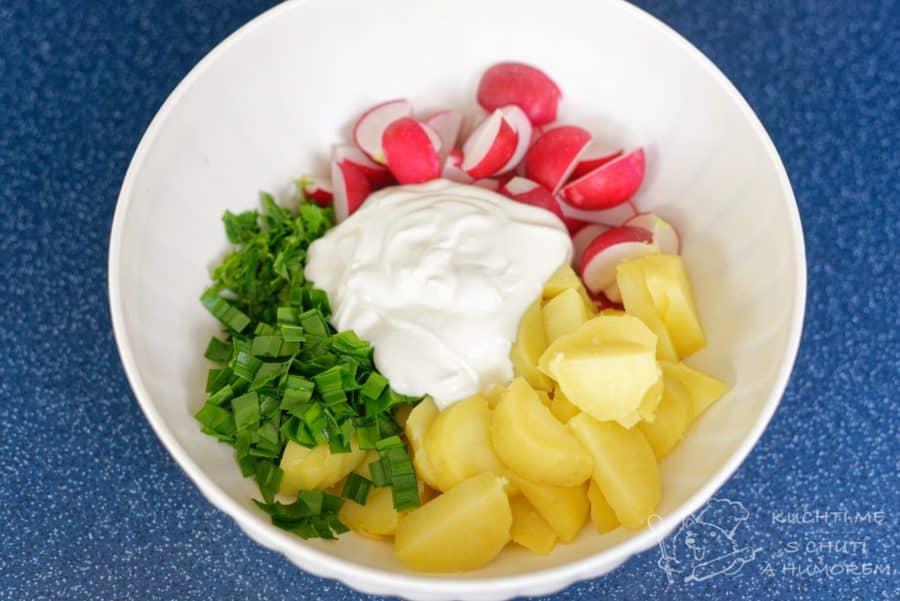 Jarní bramborový salát s ředkvičkami - vše smícháme