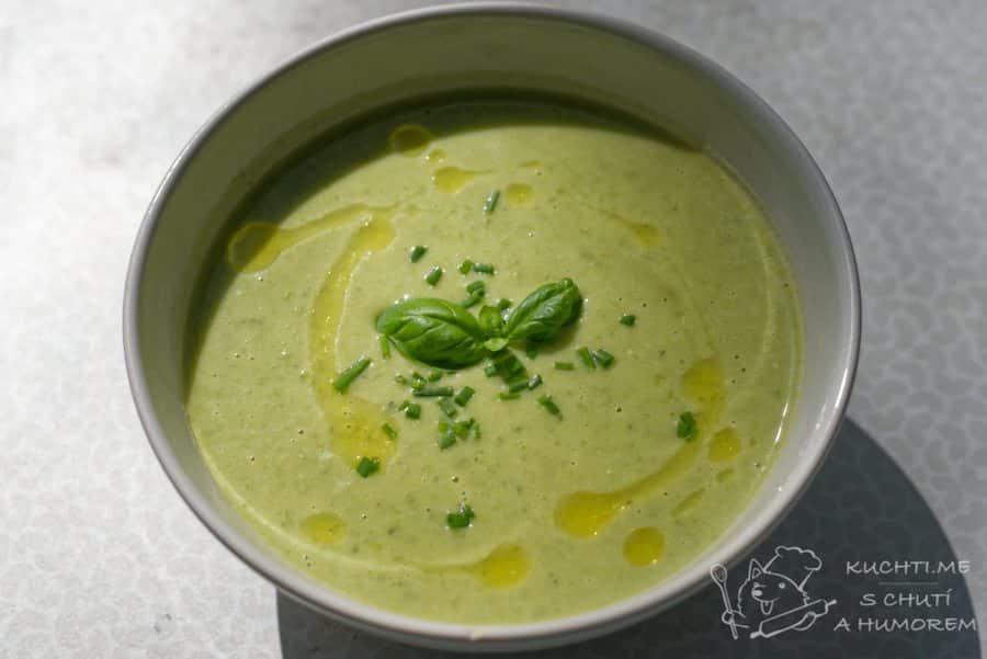 Hlavní fotka k receptu Jarní bylinková polévka s hráškem a pórkem