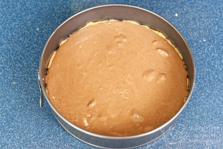 Nepečený čokoládový dort hotový za 15 minut - sušenkový korpus zalijeme čokoládovou směsí