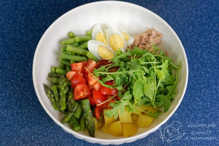 Salát s tuňákem, chřestem, bramborami a vejcem - vše smícháme