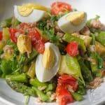 Salát s tuňákem, chřestem, bramborami a vejcem