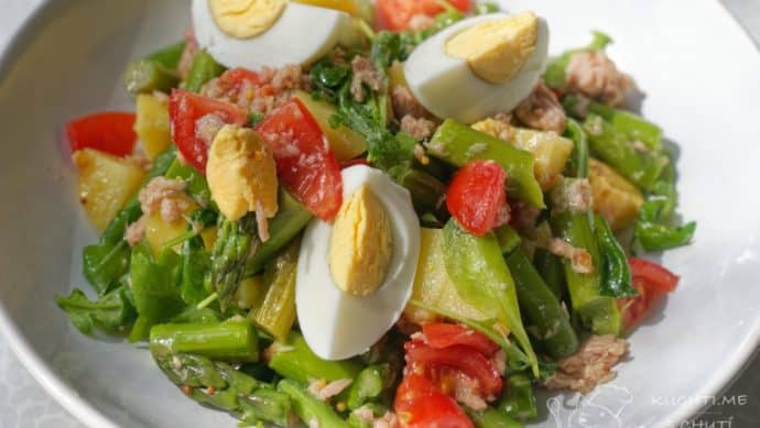 Salát s tuňákem, chřestem, bramborami a vejcem - radost na talíři