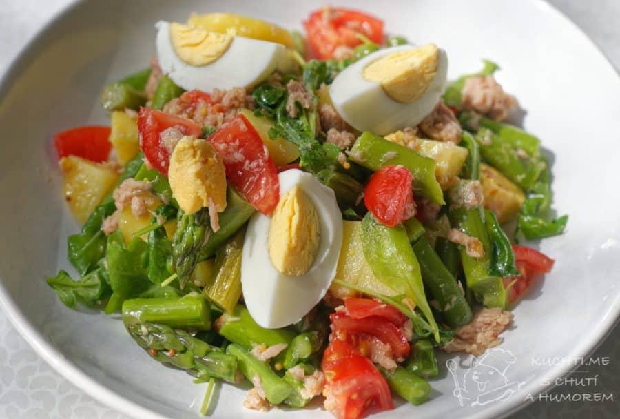 Hlavní fotka k receptu Salát s tuňákem, chřestem, bramborami a vejcem