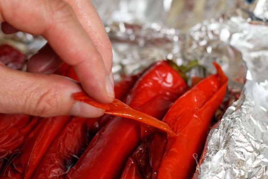 Dip z pečených paprik - oloupeme slupku