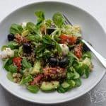 Salát s quinoou, mozzarellou, avokádem a černými olivami