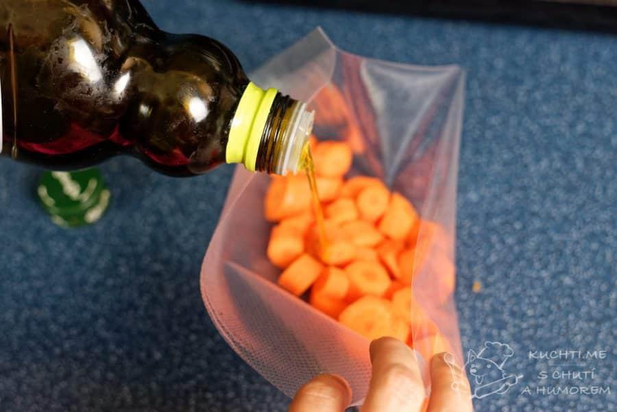 Zelenina připravená metodou sous vide - jednotlivé druhy zeleniny dáme do sáčku a přidáme trochu olivového oleje