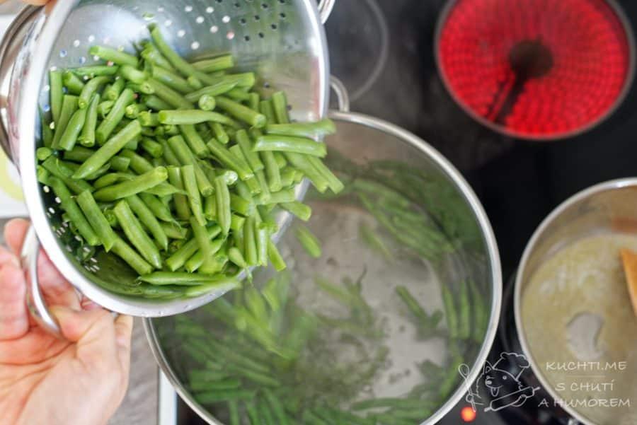 Zelené fazolky s rajčaty - fazolky si spaříme ve vroucí vodě