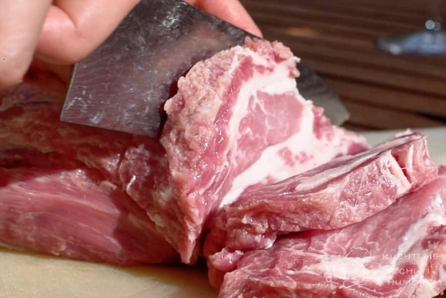 Grilovaný steak z krkovice v cibuli a saturejce - maso nakrájíme na cca 1,5 cm plátky