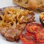 Grilovaný steak z krkovice v cibuli a saturejce