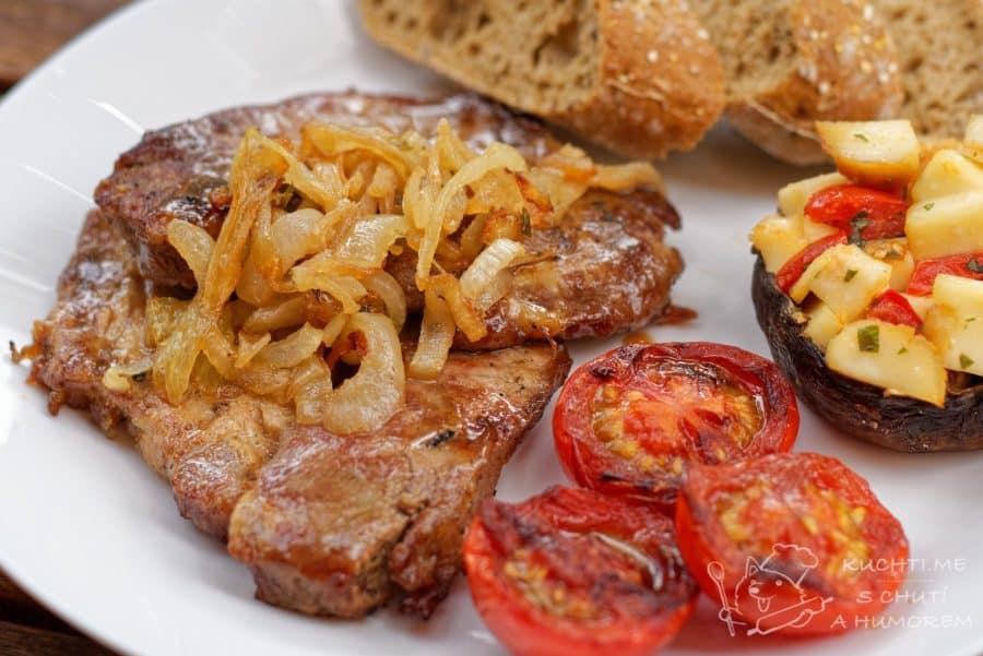 Hlavní fotka k receptu Grilovaný steak z krkovice v cibuli a saturejce