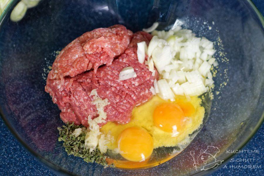 Kapustové karbanátky - maso, vejce, cibuli, česnek a koření dáme do mísy