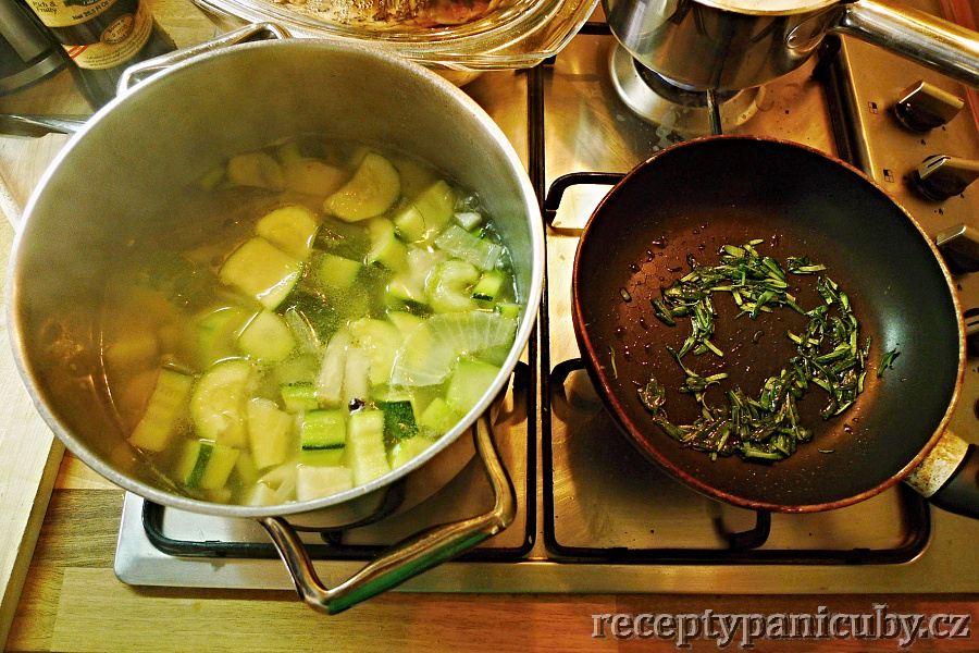 Cuketová polévka s lososem - Všechnu zeleninu hodíme do hrnce a vaříme