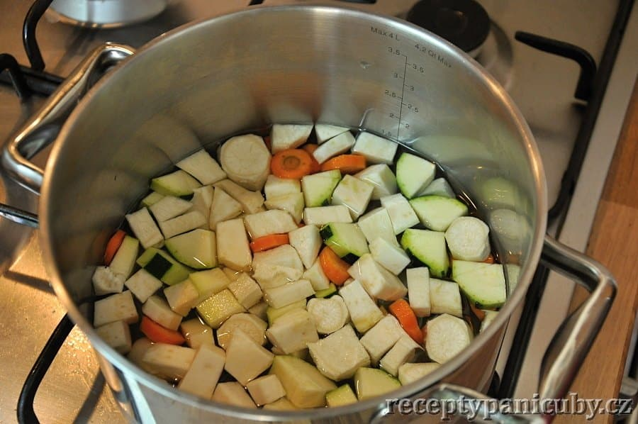 Dýňová polévka - zeleninu necháme povařit