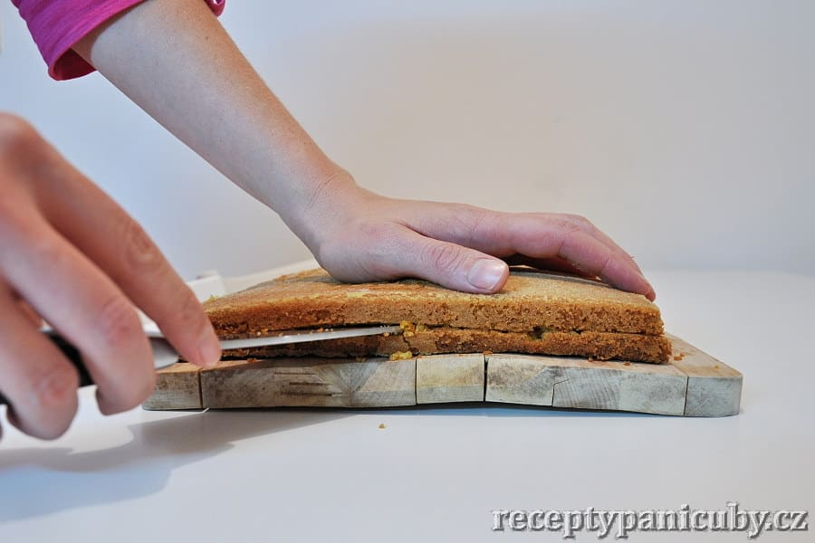 Mrkvový koláč - krájení je boj