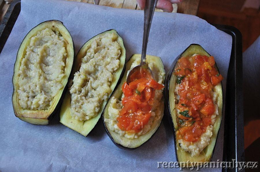 Plněný lilek - Přelijeme rajčatovou omáčkou