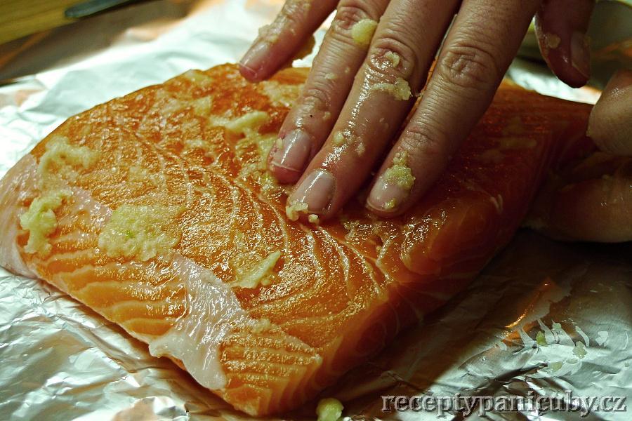 Zapečený losos s česnekem a petrželí - Lososovi dáme česnekovou masáž zad