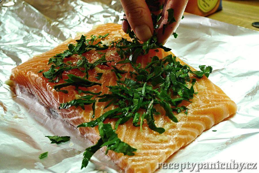 Zapečený losos s česnekem a petrželí - Lososa posypeme petrželkou